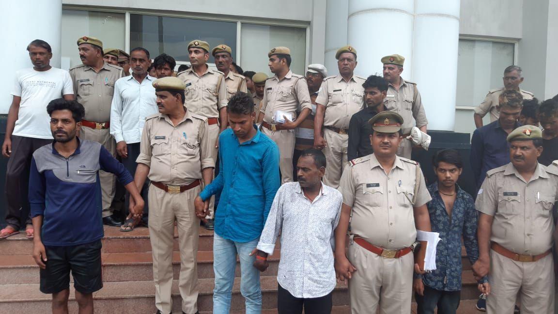 नोएडा पुलिस ने कसा अपराधियों पर शिकंजा, रातोंरात दो इनामिया समेत पचास वांछित अपराधियों को किया गिरफ्तार