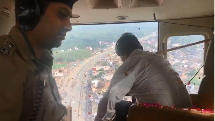 सहारनपुर: ज़िला अधिकारी आलोक पाण्डेय व एसएसपी दिनेश कुमार पी. ने हेलिकॉप्टर से कांवड़ियों पर फूल बरसाकर किया स्वागत