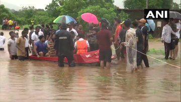बाढ़ में फंसी महालक्ष्मी एक्सप्रेस, 500 लोगों को सुरक्षित निकाला गया, NDRF और नेवी की टीम राहत बचाव काम में जुटी