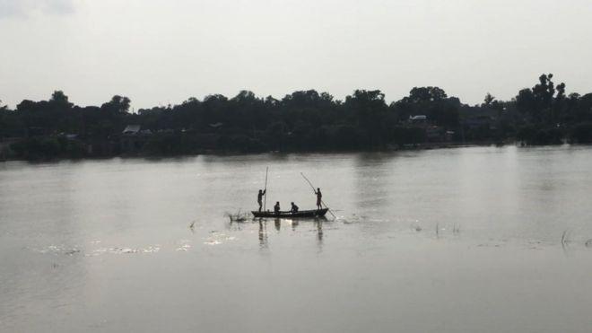 यूपी : बहराइच में यात्रियों से भरी नाव सरयू नदी में पलटी, एक की मौत 17 लापता
