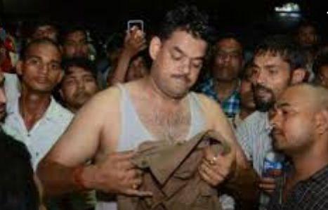 प्रयागराज में पुलिस टीम पर फैंका तेज़ाब, 7 पुलिसकर्मी झुलसे