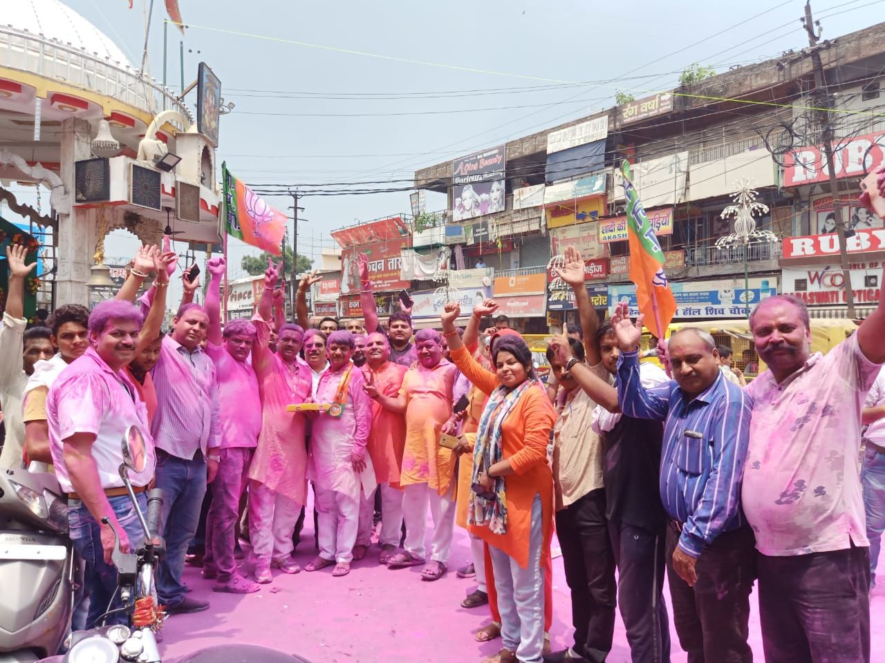 मुजफ्फरनगर : अनुच्छेद 370 हटने पर बीजेपी विधायक व समर्थकों ने फोड़े पटाखे, बांटें लड्डू