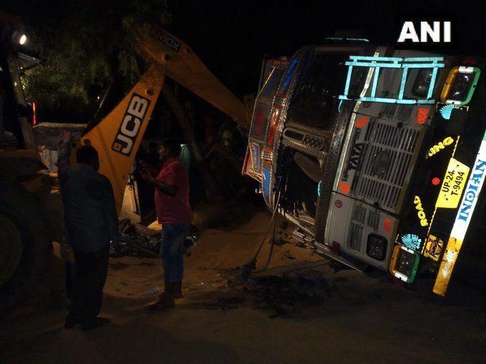 दर्दनाक हादसा: बदायूं में एक ट्रक के के खोके पर पलट जाने से नौ लोगों की मौत, छह घायल
