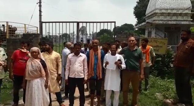 जर्जर विद्युत व्यवस्था ने तोड़ा ग्रामीणों के धैर्य का बांध ,ऊर्जा मंत्री के त्योहारों पर निर्बाध विद्युत आपूर्ति के आदेश को भी किया अधिकारियों ने किया दरकिनार