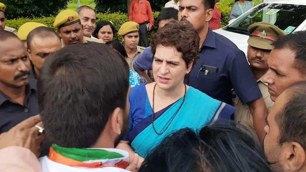 सोनभद्र : उभ्भा गांव पहुंचीं प्रियंका गांधी, पीड़ित परिजनों के साथ बैठकर जान रहीं उनका हालचाल