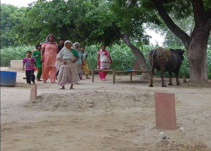 यूपी इस गाँव में किया जाता है घर में मुदों को दफन, घर में कब्र बनने के कारण रिश्तेदार भी आने से डरते है!