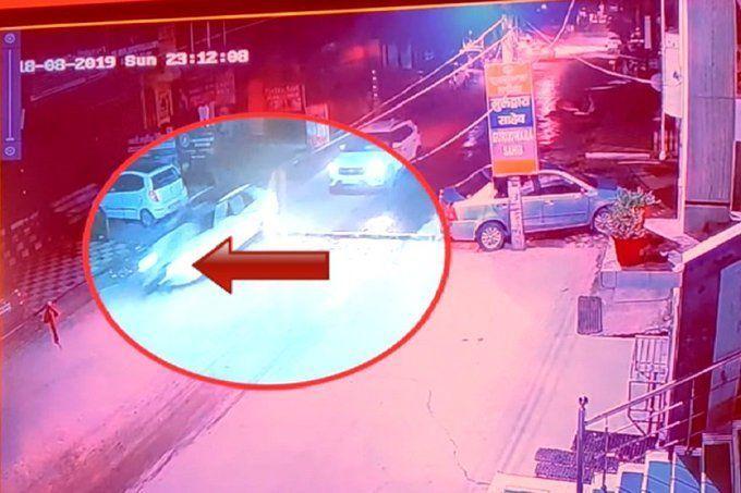 कार पर लटके सिपाही को लेकर दौड़ता रहा कार चालक, और फिर ....