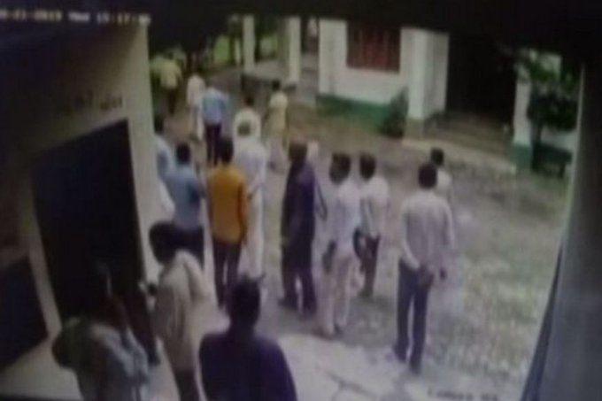 यूपी में बीजेपी विधायक ने गन्ना अधिकारी के गाल पर जड़ा थप्पड़, और फिर...