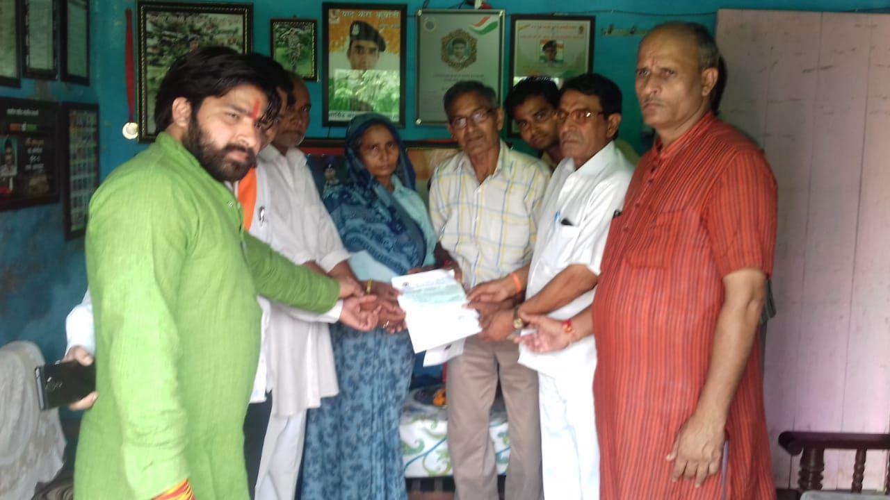 शामली: विश्व हिंदू परिषद के कार्यकर्ताओं ने शहीदों के परिवार को आर्थिक राशि भेंट की