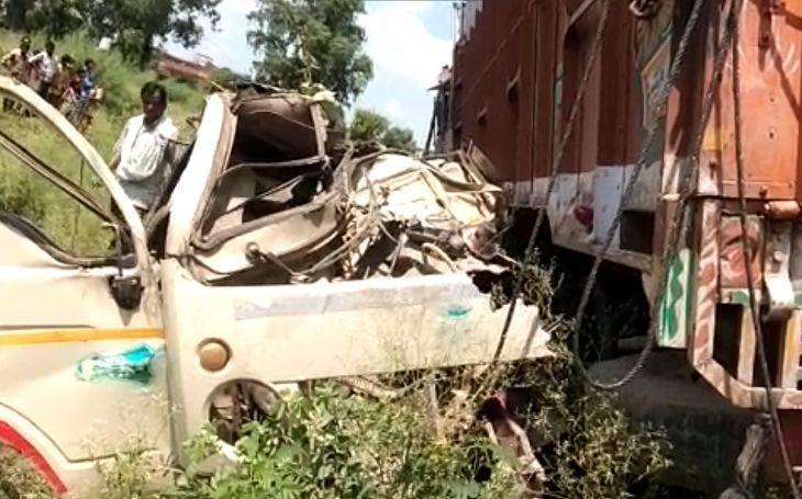 शाहजहांपुर में 2 टेंपो के ऊपर ट्रक पलटा, 15 लोगों की मौके पर ही मौत