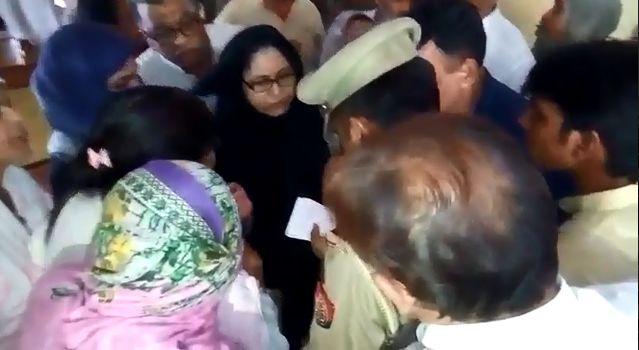 आज़म खाँन की बहन को पुलिस ने पूछताछ कर छोड़ा समाजवादियों के आगे टेके घुटने