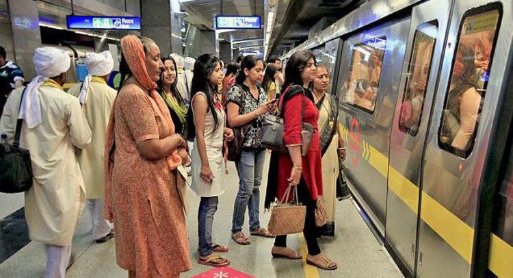 नोएडा में मेट्रो के आगे कूदकर सिक्योरिटी गार्ड ने की आत्महत्या