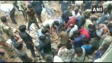 अहमदाबाद में गिरी तीन मंजिला इमारत, कई लोगों के फंसे होने की आशंका