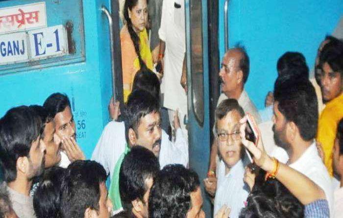 बीजेपी नेता बुआ यशोधरा राजे सिंधिया के साथ ज्योतिरादित्य सिंधिया दिल्ली रवाना, ग्वालियर स्टेशन पर हुआ हंगामा