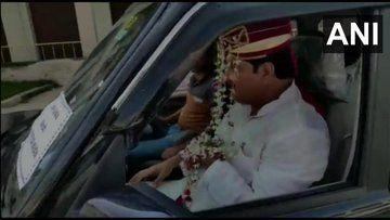 सेहरे के पीछे आजम खान के समर्थक का निकला वो चेहरा जिसे पुलिसकर्मी भी देखते रह गये