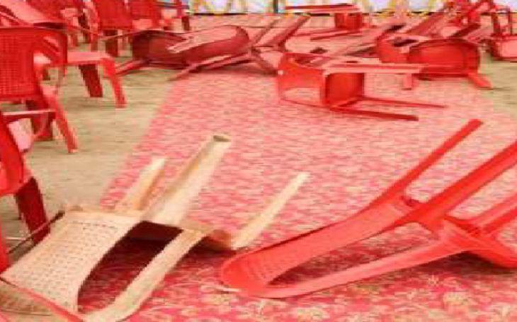 सिंधिया के सामने कांग्रेस कार्यकर्ताओं का हंगामा, एक-दूसरे पर फेंकी कुर्सियां