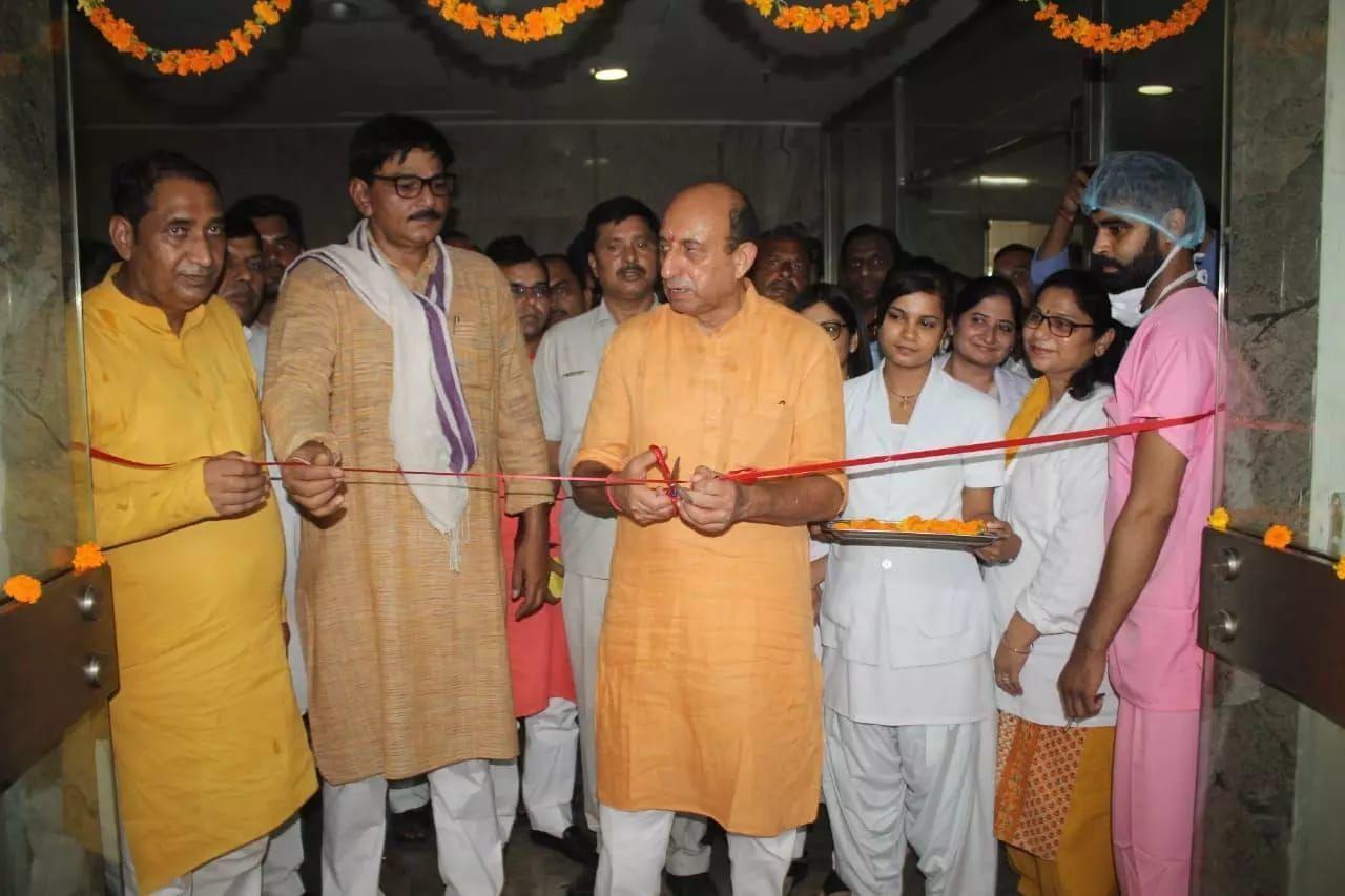 स्वास्थ्य मंत्री जय प्रताप सिंह ने किया अपातकालीन विभाग में आपरेशन थियेटर का उद्घाटन