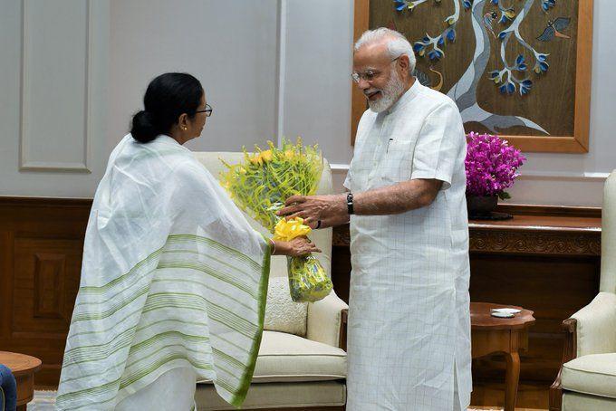 पीएम नरेंद्र मोदी से मिलीं ममता बनर्जी, कुर्ता और मिठाई किया गिफ्ट