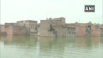 PM मोदी के संसदीय क्षेत्र वाराणसी में बाढ़ का कहर, बुनकरों के घरों में घुसा पानी, बन्द पड़े करघे