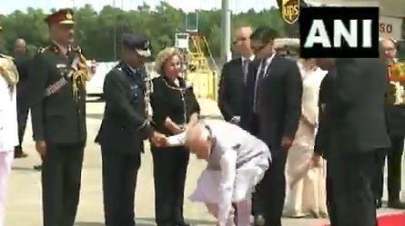 अमेरिका में भी PM मोदी ने झुक कर दिया ऐसा संदेश की लोग हो गये कायल,झुकते ही हैरान हो गये अफसर...देखें VIDEO