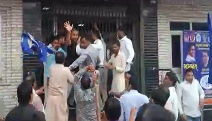 बसपा नेता सतीश मिश्रा ने भागकर बचाई जान आखिर क्यों?  देखे वीडियो