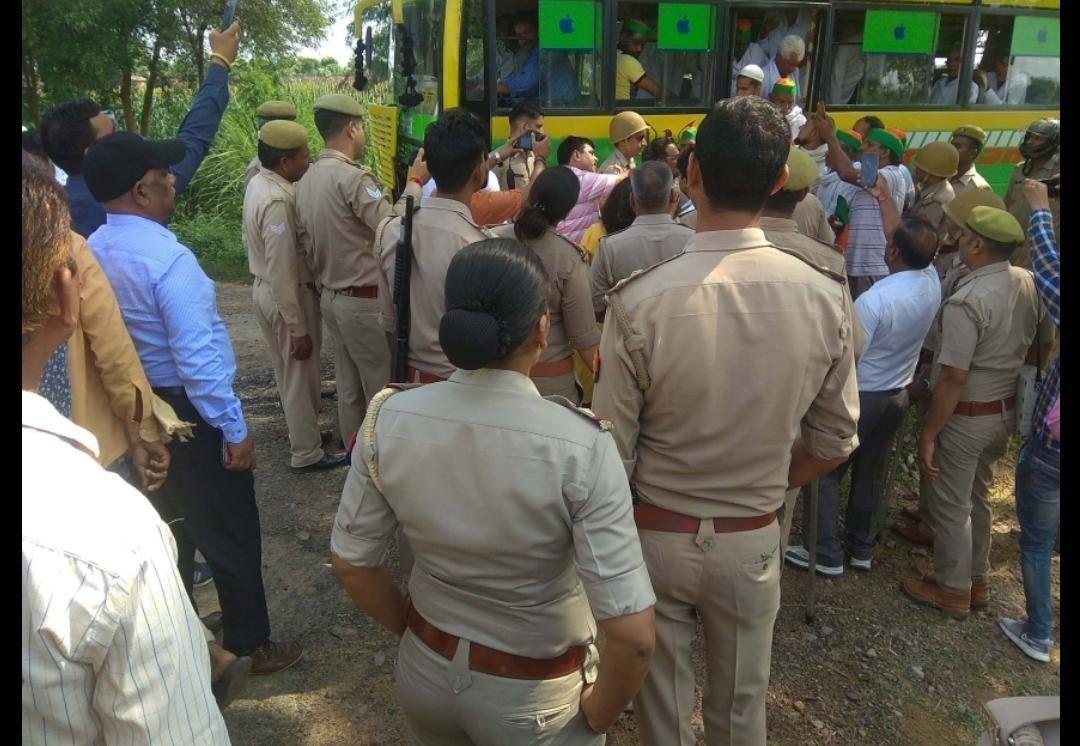 जेवर टोल प्लाजा पर चार गुने मुआवजा को लेकर जाम लगा रहे किसानों को किया पुलिस ने गिरफ्तार
