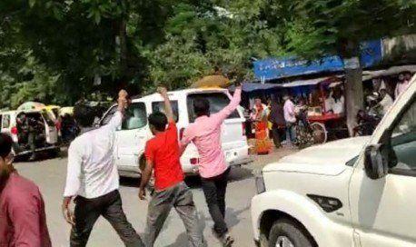 मुजफ्फरपुर में सीएम नीतीश कुमार की गाड़ी पर फेंकी स्याही, दिखाए काले झंड़ें