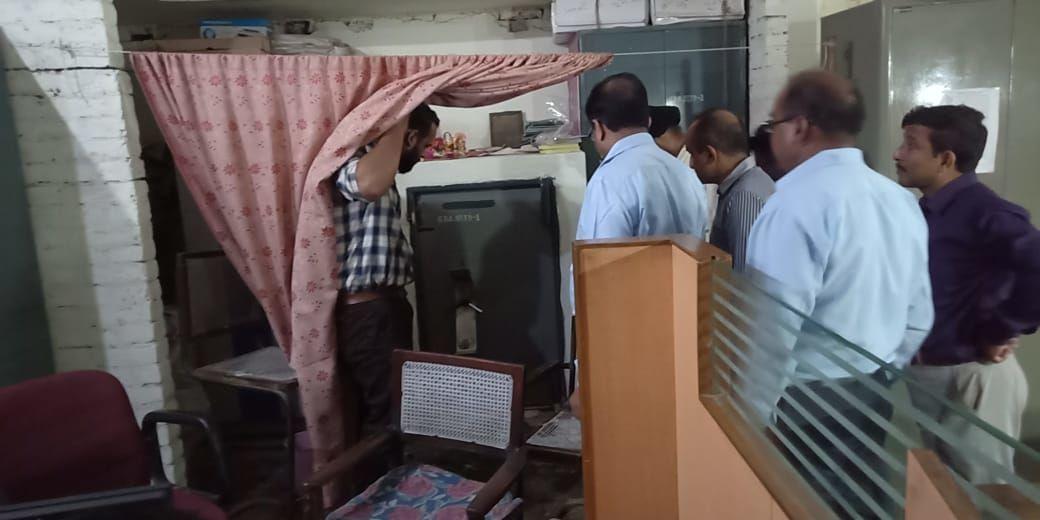 बाराबंकी : आर्यवर्त बैंक की दीवाल काट कर चोरी का प्रयास, जब शाखा खुली तो कर्मचारियो के होश उड़ गए!