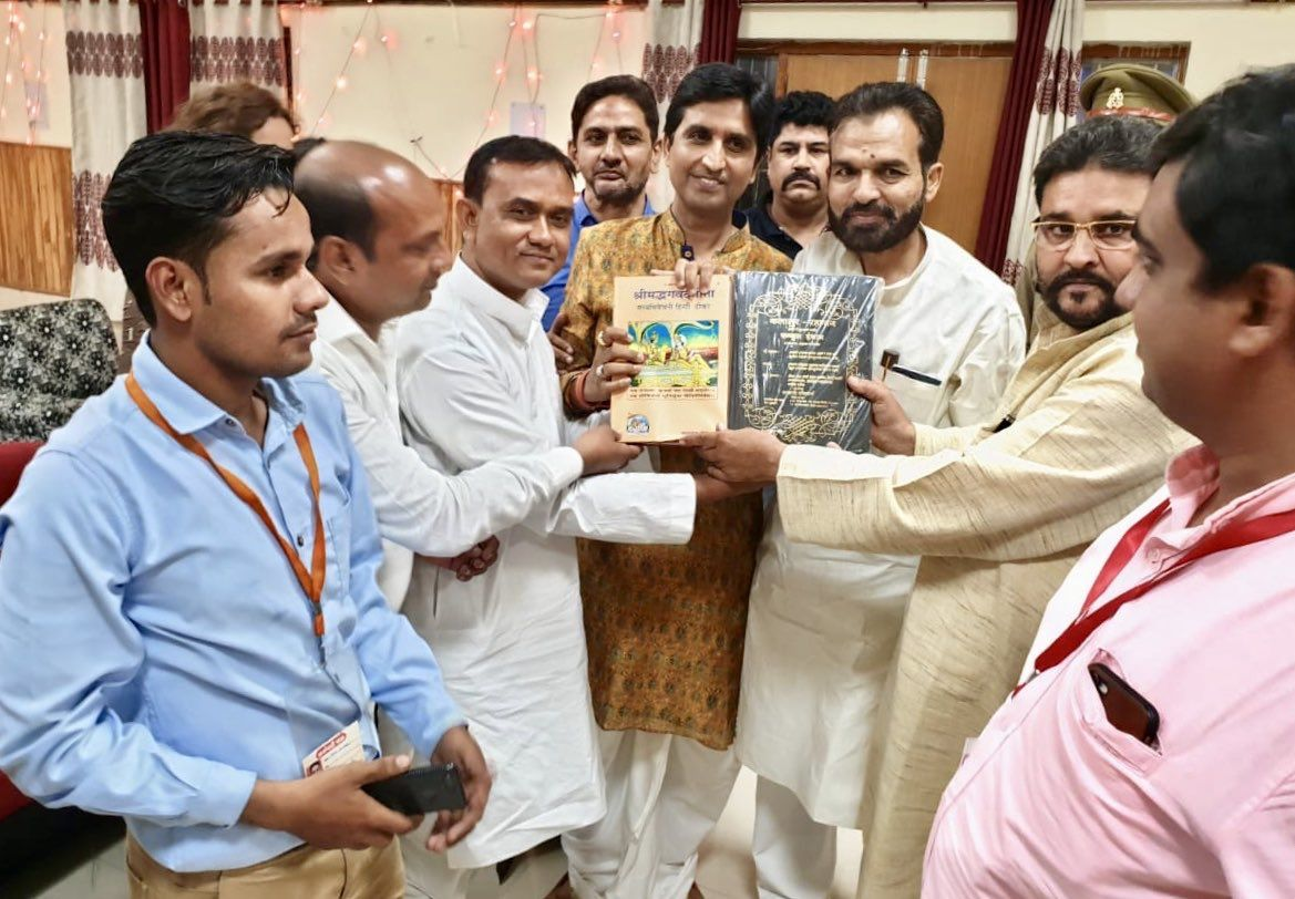 मुरादाबाद में कुमार विश्वास के स्वागत में उमड़ा जन समूह, जब हिन्दू मुस्लिम एकता ने गीता और कुरान दिया साथ साथ भेंट