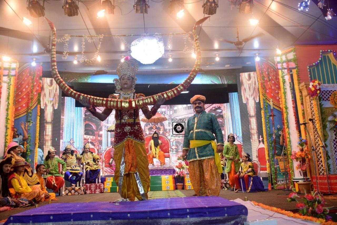 उठहुँ राम भंजउ भव चापा   मेटहु तात जनक परितापा, और अयोध्या में राम ने तोड़ दिया धनुष
