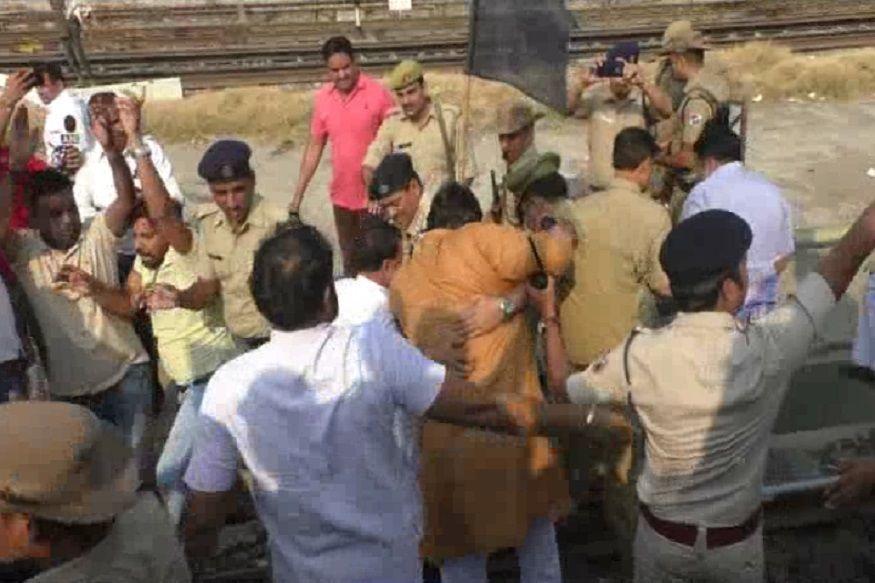 पहले ही सफर में तेजस एक्सप्रेस को झेलना पड़ा विरोध, रेल कर्मियों ने गाजियाबाद में रोक दी तेजस
