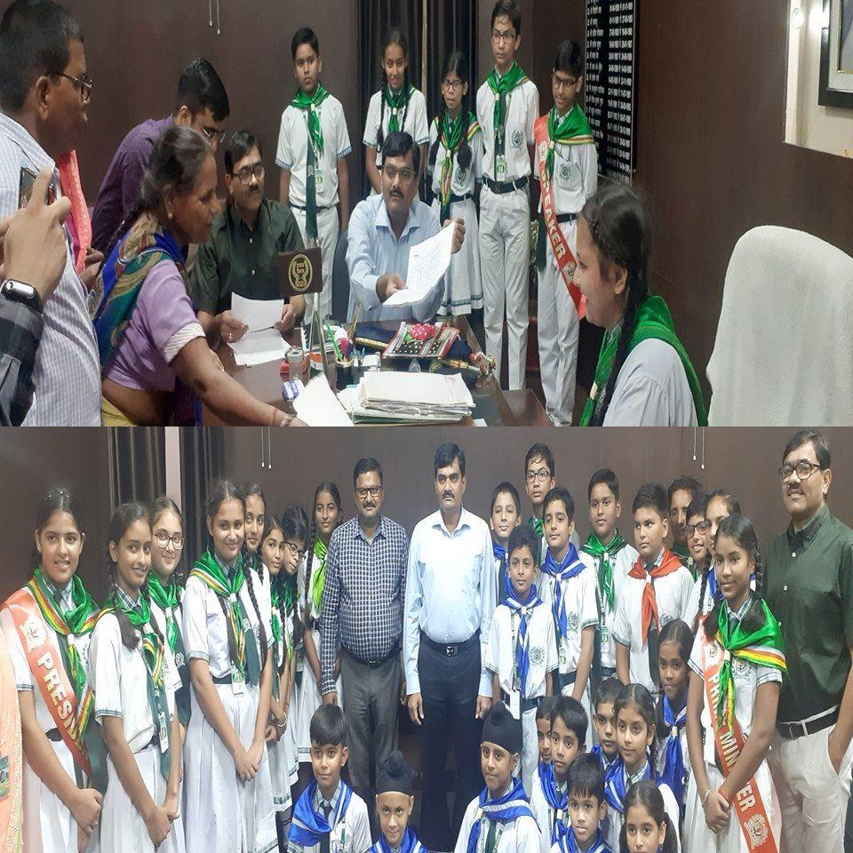 इस आईएएस अधिकारी ने की बच्चों की हौसलाअफजाई  ,डीएम की कुर्सी पर बैठकर बच्चो ने सुनी जनता की फरियाद