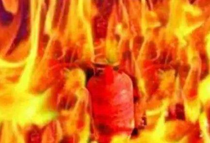 दिल्ली में बड़े से छोटे सिलेंडर में भर रहे थे गैस, अचानक हुआ विस्फोट, मां- बेटी की मौत