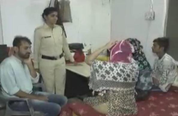 जिस हालत में मिले युवक युवती पुलिस भी शर्मा गई देखकर, सेक्स रैकेट पकड़ा