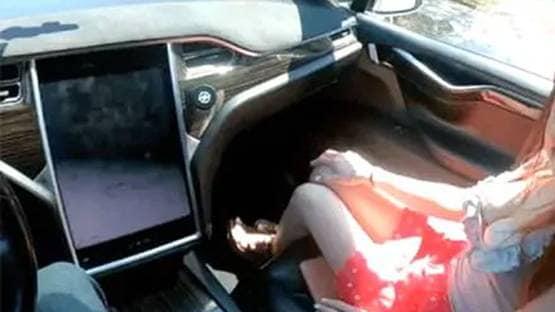 हाईवे पर चलती कार में संबंध बना रहा था कपल, कोर्ट से मिली ये सजा!