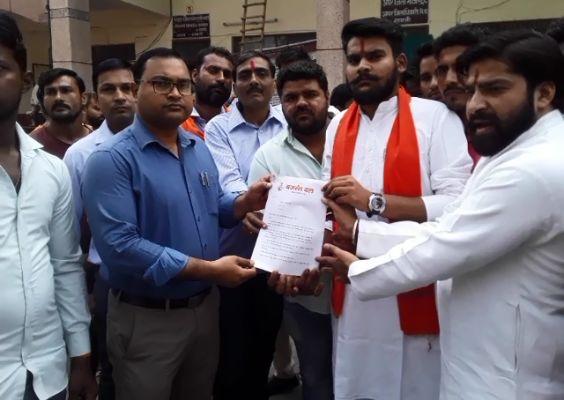 बंगाल में हुई  हिंदू परिवार की हत्या के मामले में बजरंग दल ने किया प्रदर्शन, ममता सरकार बर्खास्त करने की मांग
