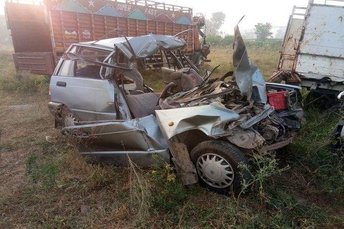 आगरा: प्रसव कराने जा रहे लोगों की कार ट्रक में घुसी, 2 महिलाओं समेत 4 की मौत
