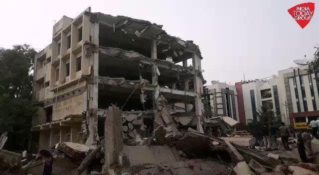 गुजरात वडोदरा में एक जर्जर बिल्डिंग गिरी, 7 मजदूरों के फंसे होने की आशंका..