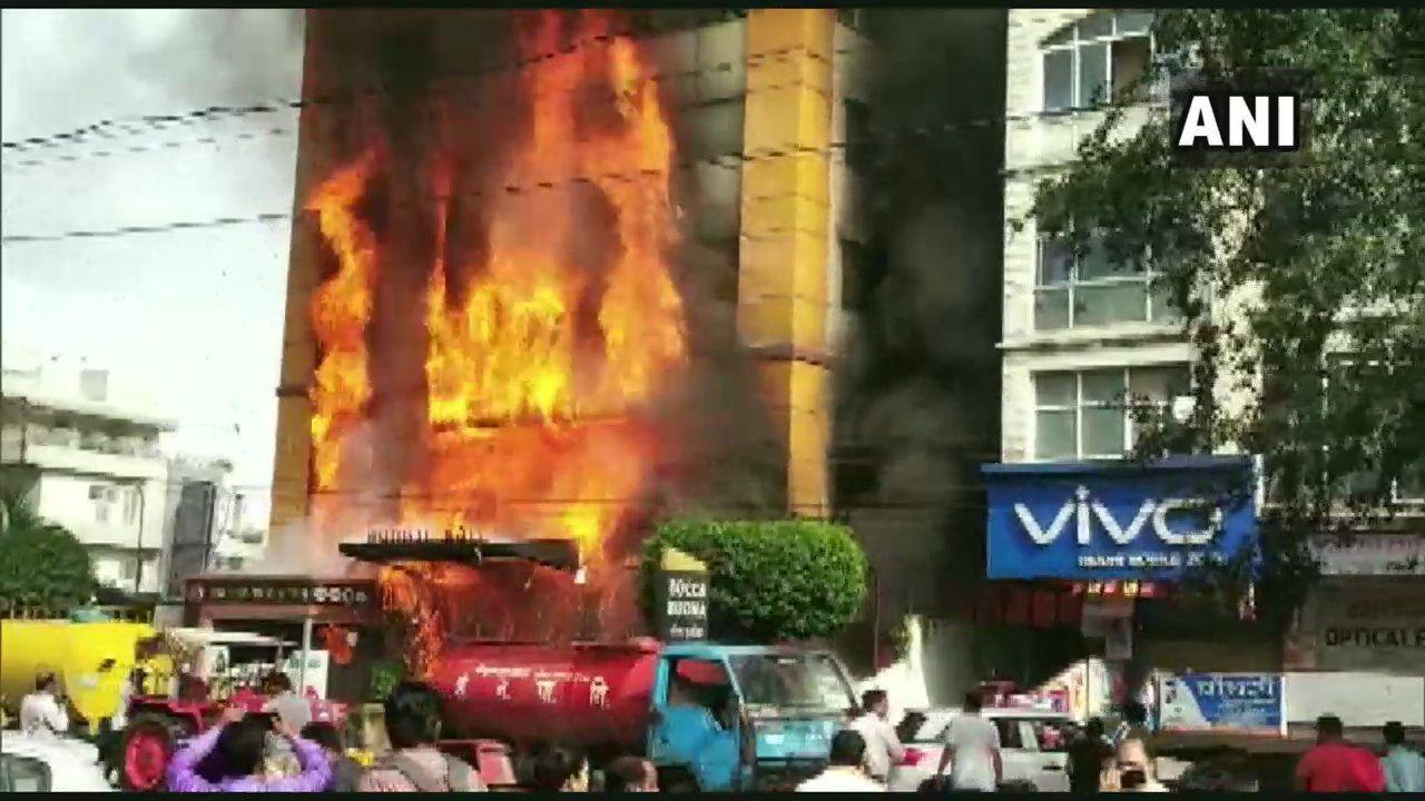 इंदौर के होटल में लगी भीषण आग, कई लोग फंसे, रेस्क्यू की कोशिशें जारी