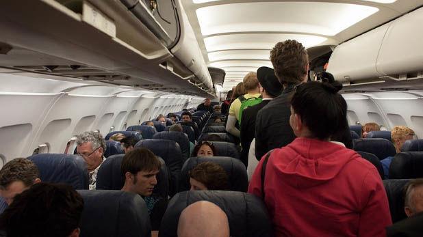 बॉयफ्रेंड से हुआ एयरहॉस्टेस का झगड़ा, एयरलाइन ने किया सस्पेंड