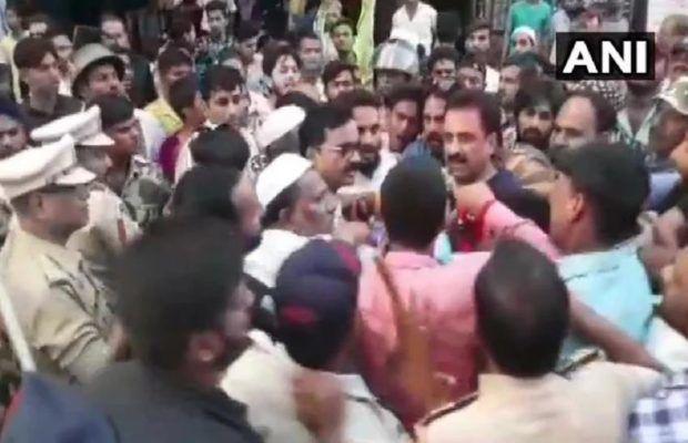 ओवैसी की पार्टी के सांसद को एनसीपी के कार्यकर्ताओं ने गिरा गिरा कर मारा