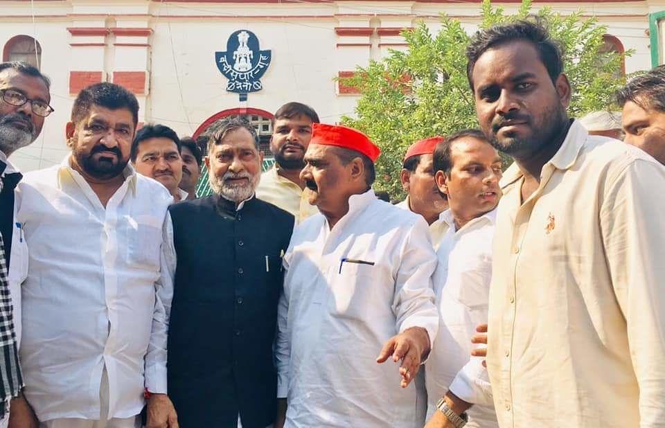 विधायक मनोज पारस व जेल में बन्द छात्र नेताओं से नैनी जेल में मिले रामगोविन्द चौधरी और ललई यादव