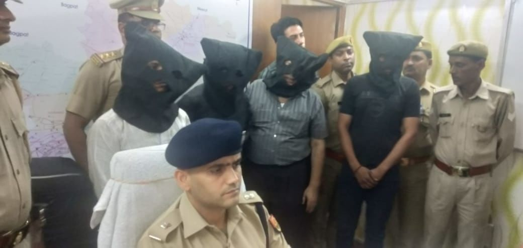 गाजियाबाद पुलिस ने किया मर्सिडीज कार लूट का 24 घंटे में खुलासा, बीमा के चक्कर में वादी ने खुद ही रची करतूत, गाडी समेत चार गिरफ्तार