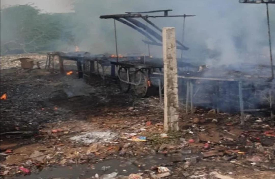 यूपी: पटाखा मार्केट में आग लगने से मची भगदड़, हाथरस की 22 दुकानें जलकर राख