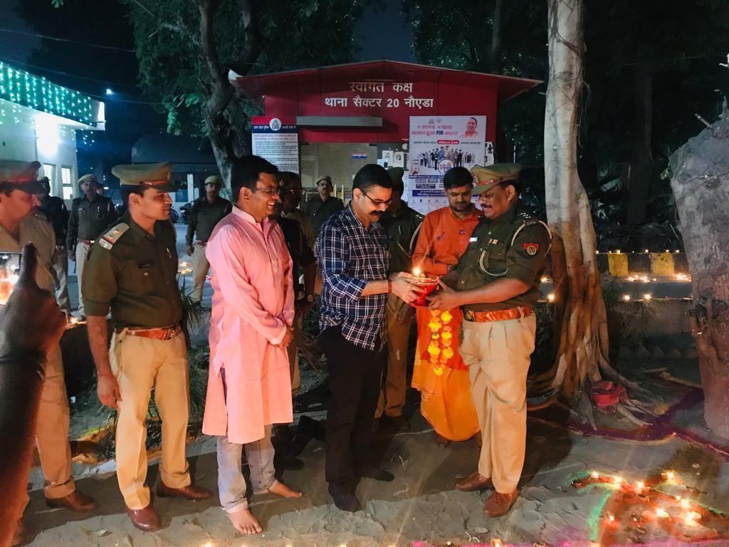 डीजीपी के आदेश पर जिला गौतमबुद्ध नगर में मिट्टी के दीयों से सजे थाने, एसएसपी ने मनाई पुलिस परिवार के साथ दिवाली