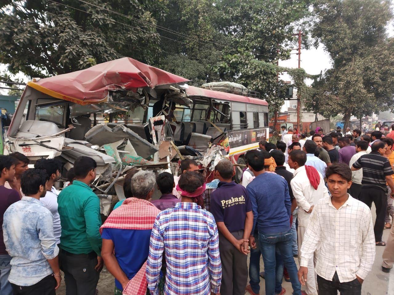 संतकबीरनगर: तेज रफ़्तार रोडवेज़ बस ने खड़ी ट्रक में पीछे से मारी ज़ोरदार टक्कर, 3 की मौत, 5 घायल