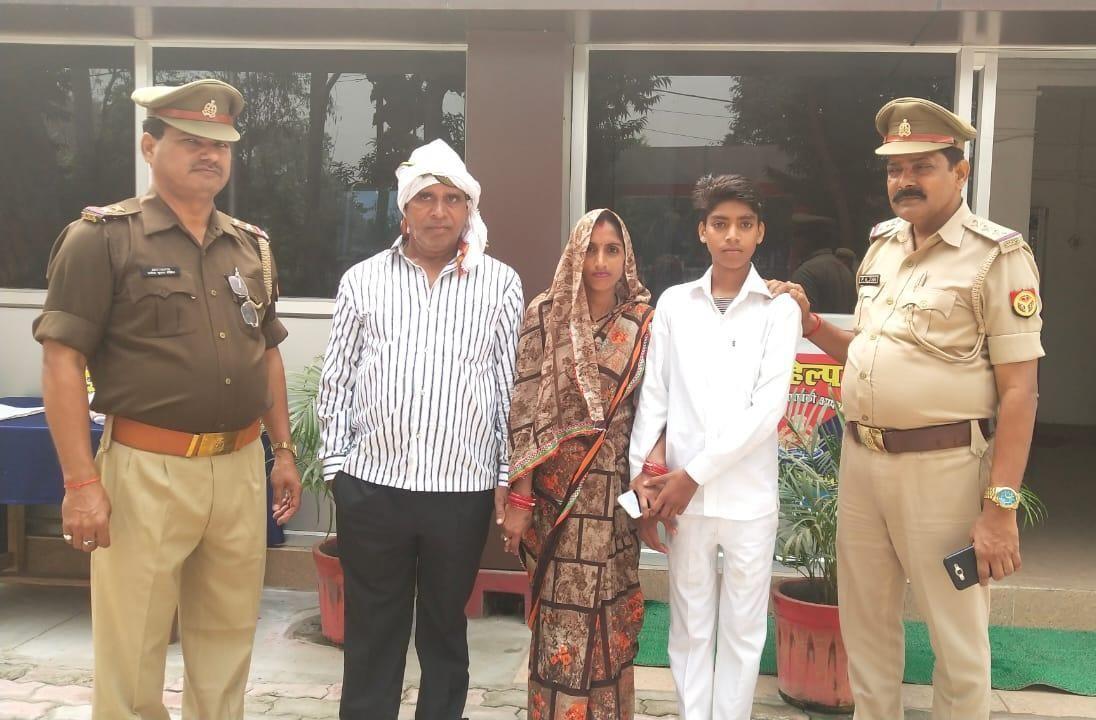बाराबंकी पुलिस ने 7 घण्टे के अन्दर लापता बालक को लखनऊ से सकुशल बरामद कर परिजनों को सौंपा