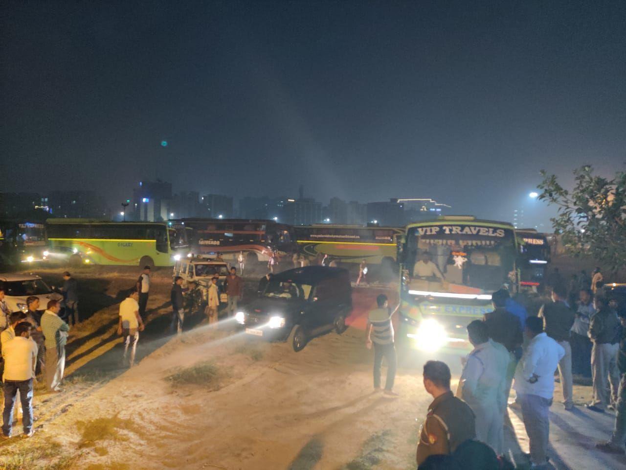 नोएडा पुलिस का ओपरेशन क्लीन 23 : 80 बसों को किया बंद जिनमे 14 को किया सीज