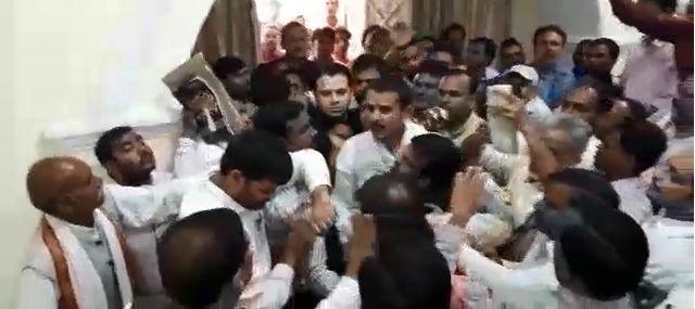 लखीमपुर खीरी में कांग्रेस पार्टी के कार्यक्रम में चले जूते, जमकर हुई मारपीट, देखिये वीडियो