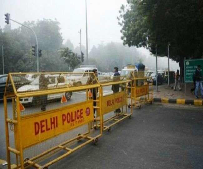 Route Diversion in Delhi: दिल्ली में 32 जगहों पर रूट डायवर्जन, जाम से बचने के लिए पढ़ें यह खबर